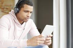 Afro Amerykańskiego mężczyzna słuchająca muzyka Obraz Royalty Free