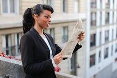 Afro Amerykańskiej dziewczyny czytelnicza gazeta z zakończeniem up twarz Obraz Royalty Free