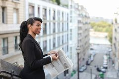 Afro Amerykańskiej dziewczyny czytelnicza gazeta z zakończeniem up twarz Zdjęcie Royalty Free