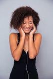 Afro amerykańskiej kobiety słuchająca muzyka w hełmofonach Obraz Royalty Free