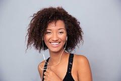 Afro amerykańskiej kobiety słuchająca muzyka w hełmofonach Zdjęcie Stock