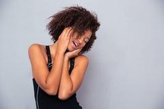 Afro amerykańskiej kobiety słuchająca muzyka w hełmofonach Obrazy Stock