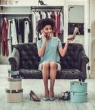 Afro Amerykańska dziewczyna robi zakupy Obraz Stock