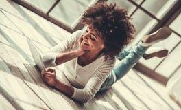 Afro Amerykańska dziewczyna w domu Zdjęcia Stock