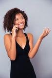 Afro amerykańska kobieta opowiada telefon Obraz Royalty Free