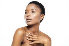 Afro amerykańska kobieta patrzeje daleko od Zdjęcie Royalty Free
