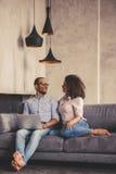 Afro Amerykańska para w domu Obrazy Stock