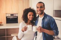 Afro Amerykańska para w kuchni Zdjęcia Stock