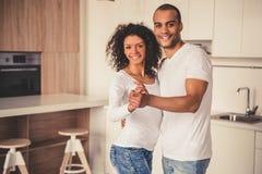 Afro Amerykańska para w kuchni Zdjęcie Stock