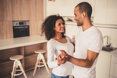 Afro Amerykańska para w kuchni Zdjęcia Royalty Free