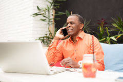 Afro amerykański biznesmen opowiada na telefonie komórkowym Zdjęcie Royalty Free