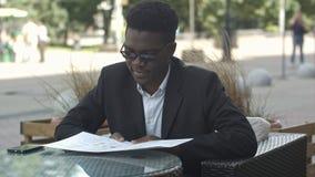 Afro amerykański biznesmen podczas pracy przerwy bierze rozkaz w restauraci Obraz Stock
