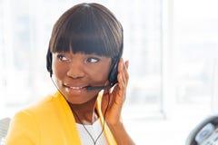 Afro amerykański bizneswoman pracuje w centrum telefonicznym Zdjęcie Stock