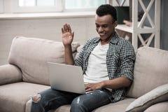 Afro Amerykański facet w domu Zdjęcie Stock