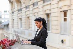 Afro Amerykański kierownik pracuje z laptopem na balkonie Zdjęcie Royalty Free
