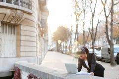 Afro Amerykański kierownik pracuje z laptopem na balkonie Zdjęcie Stock