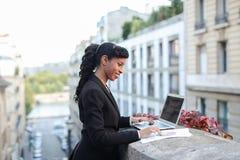 Afro Amerykański kierownik pracuje z laptopem na balkonie Fotografia Royalty Free