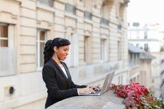 Afro Amerykański kierownik pracuje z laptopem na balkonie Obraz Stock