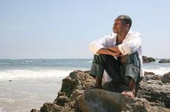 afro - amerykanów człowiek przystojny thinkin plaży Obrazy Royalty Free