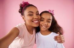 Afro amerykanina córka w podrabianych koronach i matka Obraz Stock