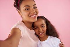 Afro amerykanina córka w podrabianych koronach i matka Obraz Royalty Free