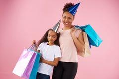 Afro amerykanina córka w wakacyjnych nakrętkach i matka Zdjęcia Stock