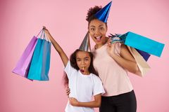 Afro amerykanina córka w wakacyjnych nakrętkach i matka Fotografia Royalty Free
