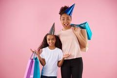 Afro amerykanina córka w wakacyjnych nakrętkach i matka Fotografia Stock