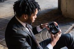 Afro biznesmen bawić się rzeczywistości wirtualnej symulację Zdjęcie Royalty Free