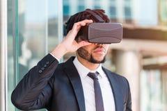 Afro biznesmen bawić się rzeczywistości wirtualnej symulację Fotografia Stock