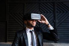 Afro biznesmen bawić się rzeczywistości wirtualnej symulację Zdjęcie Stock
