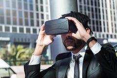 Afro biznesmen bawić się rzeczywistości wirtualnej symulację Obrazy Royalty Free
