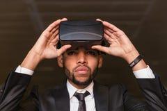 Afro biznesmen bawić się rzeczywistości wirtualnej symulację Zdjęcia Stock