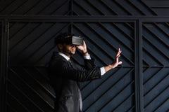 Afro biznesmen bawić się rzeczywistości wirtualnej symulację Obrazy Stock
