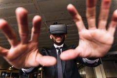Afro biznesmen bawić się rzeczywistości wirtualnej symulację Fotografia Royalty Free