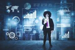 Afro biznesmen dotyka wirtualnego guzika Obraz Stock