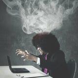 Afro biznesmen gniewny z jego łamanym laptopem zdjęcia royalty free