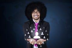 Afro biznesmen pokazuje ogólnospołeczną sieć Zdjęcia Stock