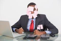 Afro biznesmen z puste miejsce notatkami na twarzy i laptopie Obraz Royalty Free