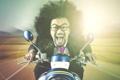 Afro biznesmena jeździecki motocykl Zdjęcie Stock