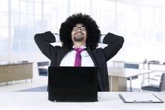 Afro biznesmena rojenie w biurze Zdjęcie Royalty Free