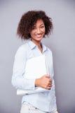 Afro bizneswomanu amerykańska pozycja z falcówką Obraz Royalty Free