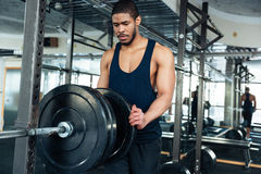 Afro bodybuilder amerykański facet przygotowywa robić ćwiczeniom Zdjęcie Stock