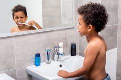 Afro dzieciak szczotkuje zęby Fotografia Stock