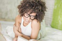 Afro dziewczyna czyta książkę Zdjęcia Stock