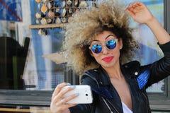 Afro dziewczyna z okularami przeciwsłonecznymi pozuje fotografię fotografia royalty free