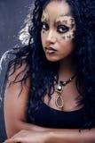 Afro flicka för skönhet med kattsmink, idérik halloween för leopardtryckcloseup kvinna Royaltyfri Fotografi