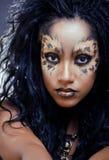 Afro flicka för skönhet med kattsmink, idérik halloween för leopardtryckcloseup kvinna Royaltyfri Foto