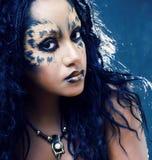 Afro flicka för skönhet med kattsmink, idérik leopardtryckcloseup halloween arkivbilder