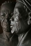 Afro-Frau über Ehemann Lizenzfreie Stockfotografie